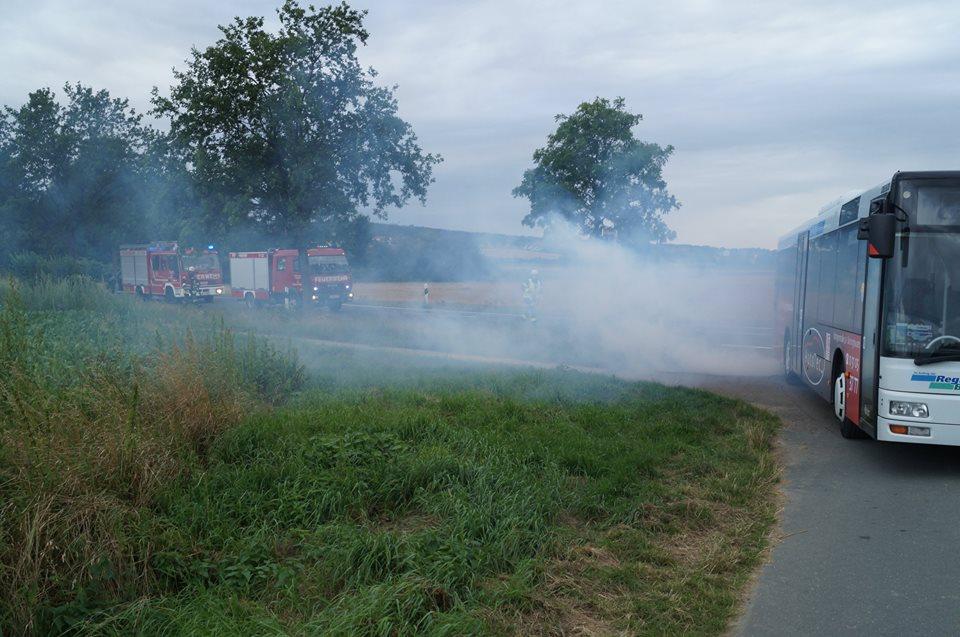 -hm2- Bus vs. PKW, Rauchentwicklung, mehrere Verletzte