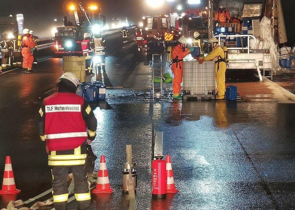 Acht Feuerwehren bei Gefahrgut-Unfall auf der Autobahn im Einsatz